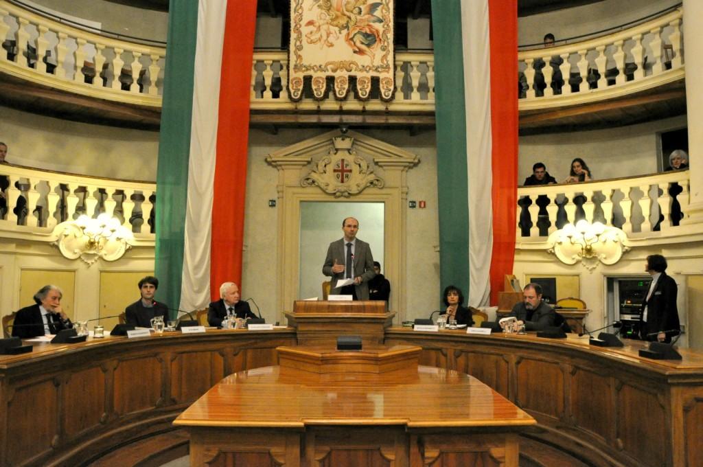 introduce-sindaco-Luca-Vecchi-conduce-Elia-Minari